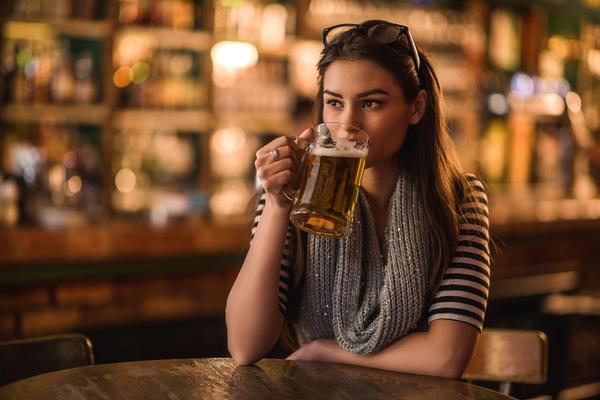 1 chai bia bao nhiêu calo? Cách uống bia hợp lý để không say