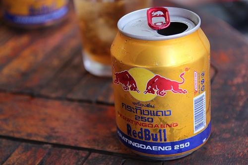 1 lon bò húc Redbull bao nhiêu calo? Uống bò húc Redbull có béo không?